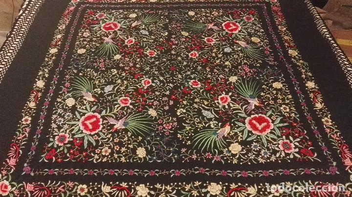 Antigüedades: Mi Manon. Mantón de Manila seda bordada a Mano flores y pájaros con originales borlones - Foto 7 - 122768887