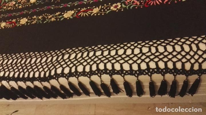 Antigüedades: Mi Manon. Mantón de Manila seda bordada a Mano flores y pájaros con originales borlones - Foto 8 - 122768887