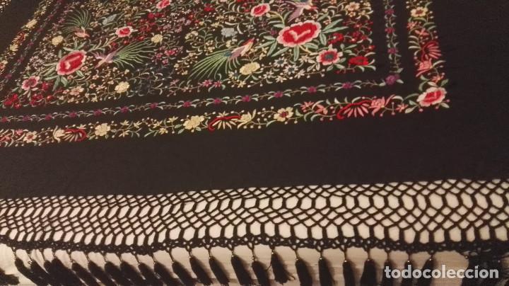 Antigüedades: Mi Manon. Mantón de Manila seda bordada a Mano flores y pájaros con originales borlones - Foto 9 - 122768887