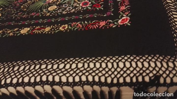 Antigüedades: Mi Manon. Mantón de Manila seda bordada a Mano flores y pájaros con originales borlones - Foto 10 - 122768887