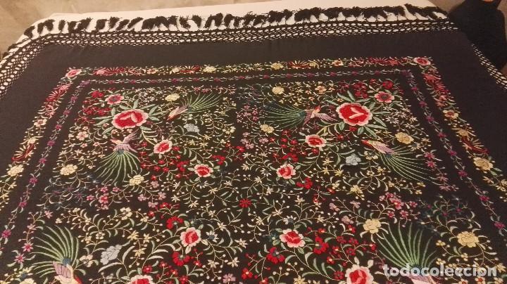 Antigüedades: Mi Manon. Mantón de Manila seda bordada a Mano flores y pájaros con originales borlones - Foto 11 - 122768887