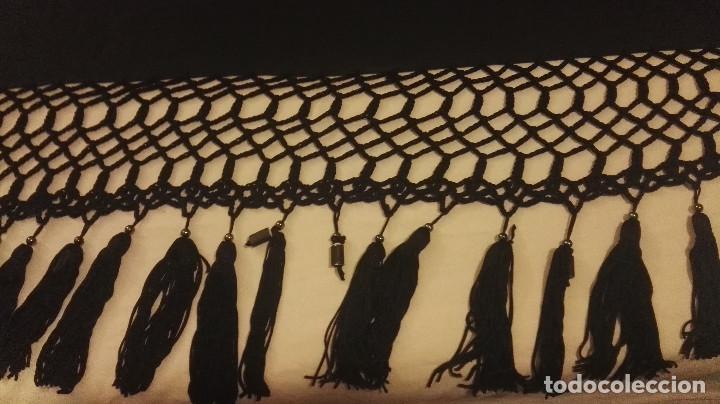 Antigüedades: Mi Manon. Mantón de Manila seda bordada a Mano flores y pájaros con originales borlones - Foto 12 - 122768887