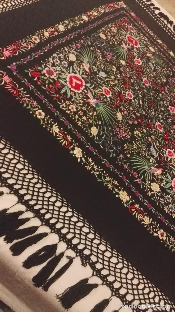 Antigüedades: Mi Manon. Mantón de Manila seda bordada a Mano flores y pájaros con originales borlones - Foto 14 - 122768887
