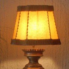Antigüedades: LAMPARA MUY ANTIGUA DE BRONCE, LATON Y PANTALLA DE PIEL. Lote 122788555