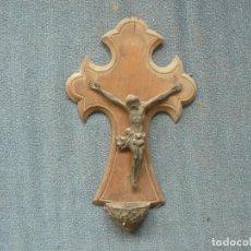 Antigüedades: ANTIGUO CRUCIFIJO BENDITERA DE MADERA METAL REPUJADO 24CM. Lote 122859271