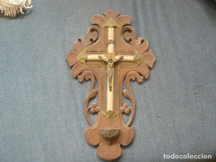 CRUZ DE MADERA CON BENDITERA (Antigüedades - Religiosas - Benditeras)