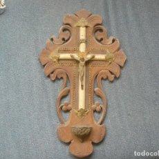 Antigüedades: CRUZ DE MADERA CON BENDITERA. Lote 122861099