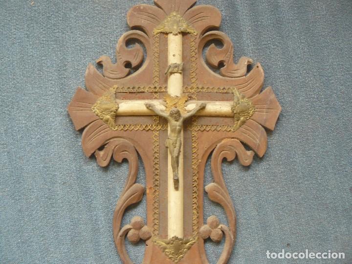 Antigüedades: CRUZ DE MADERA CON BENDITERA - Foto 2 - 122861099