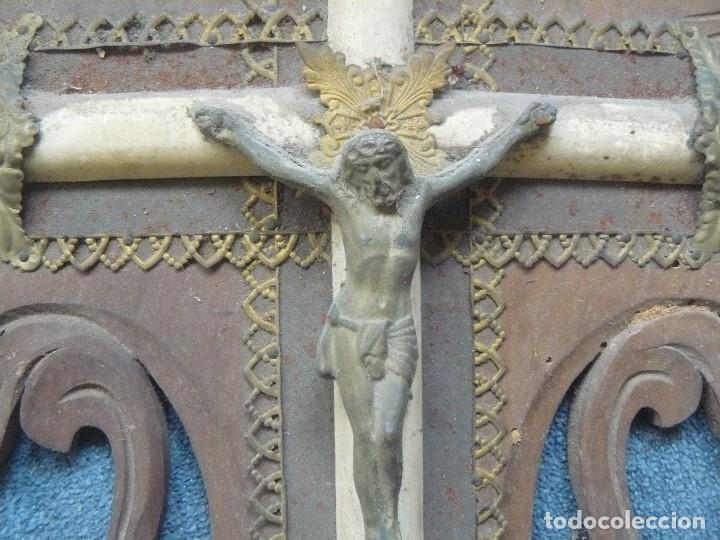 Antigüedades: CRUZ DE MADERA CON BENDITERA - Foto 4 - 122861099
