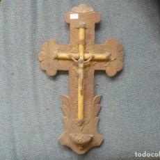 Antigüedades: BENDITERA METÁLICA SOBRE BASE DE MADERA. Lote 122863647