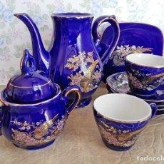 Antigüedades: JUEGO TE CAFÉ PORCELANA AZUL DORADO TETERA TAZAS PLATOS AZUCARERA JAPON FAISANES PAJAROS. Lote 122916303