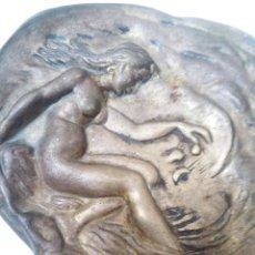 Antigüedades: BANDEJA BRONCE, FIRMADA. Lote 122935995