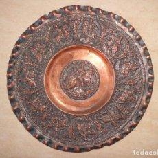 Antigüedades: PLATO DE COLGAR COBRE ANTIGUO CINCELADO. Lote 122995147