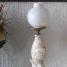 Antigüedades: LAMPARA DE MESA CON PEZ DE ALABASTRO Y TULIPA DE OPALINA. Lote 122996707