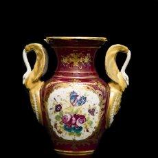 Antigüedades: ESPECTACULAR JARRON ANTIGUO DE PORCELANA PINTADO A MANO DE ORIGEN FRANCES DE LA CASA SEVRES. Lote 123030963