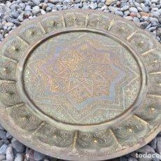 Antigüedades - Antiguo plato repujado en bronce o laton. Mide 34cms de diametro - 123033935