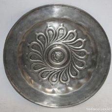 Antigüedades: PLATO PETITORIO EN ESTAÑO CON SELLO DE PEDRAZA (SEGOVIA). AÑOS 60. Lote 123112259