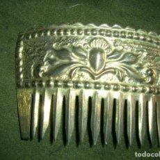 Antigüedades: PEINETA ESPAÑOLA DE TRAJE POPULAR. EN METAL. MEDIDAS 6 X 9 CM.CA7 . Lote 123116627