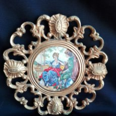 Antigüedades: ROCOCO MARCO REDONDO EN BRONCE CON ESCENA ROMÁNTICA EN PORCELANA 14,5 CM DIÁMETRO IDEAL RELICARIO. Lote 184793178