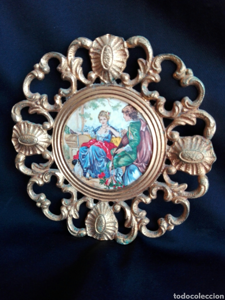 Antigüedades: ROCOCO MARCO REDONDO EN BRONCE CON ESCENA ROMÁNTICA EN PORCELANA 14,5 cm DIÁMETRO IDEAL RELICARIO - Foto 2 - 123117814