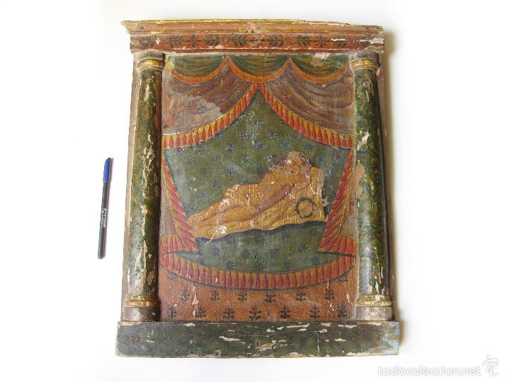 PARTE DE UN RETABLO POPULAR DEL SIGLO XIX CON UN CRISTO YACENTE Y LA CORONA DE ESPINAS (Antigüedades - Religiosas - Ornamentos Antiguos)