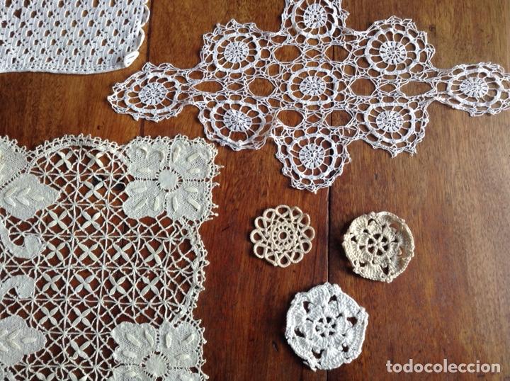 Antigüedades: Lote de 6 tapetes de ganchillo y regalo - Foto 5 - 123170008