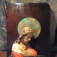 Antigüedades: ANTIGUO CUADRO SAGRADO CORAZÓN JESÚS DE ESCAYOLA CON LUZ Y CUADRO DE MADERA AÑOS 40 . Lote 123342035