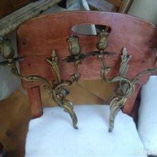 Antigüedades: PAREJA ANTIGUOS APLIQUES LATON. Lote 123342479