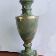 Antigüedades: EXQUISITA LAMPARA DE SOBREMESA EN ONIX VERDE DE PAKISTAN CON PATAS EN FORMA DE GARRAS EN BRONCE. Lote 123364736