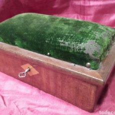 Antigüedades: CAJA COSTURERO DE CAOBA CON CAJONES SECRETOS EN EL INTERIOR, ESPEJO Y LLAVE, MIDE 21 X 13 X 9 CM. Lote 123369366