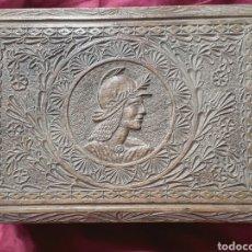 Antigüedades: CAJA TOCADOR ESTILO RENACENTISTA DE MADERA DE ROBLE FINAMENTE TALLADA, INTERIOR FORRADO Y CON ESPEJO. Lote 123370875