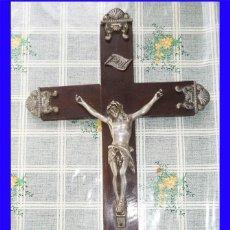 Antigüedades: ANTIGUO CRUCIFIJO MADERA Y CALAMINA MIDE 58/22 CM.. Lote 123383371