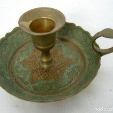 Antigüedades: ANTIGUA PALMATORIA CANDELABRO LATON CINCELADO ESMALTE CELADON. Lote 123389471