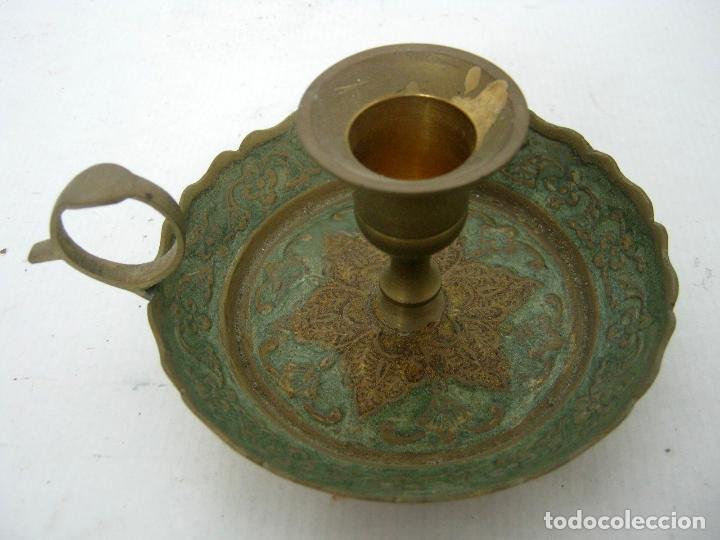 Antigüedades: Antigua palmatoria candelabro laton cincelado esmalte celadon - Foto 2 - 123389471