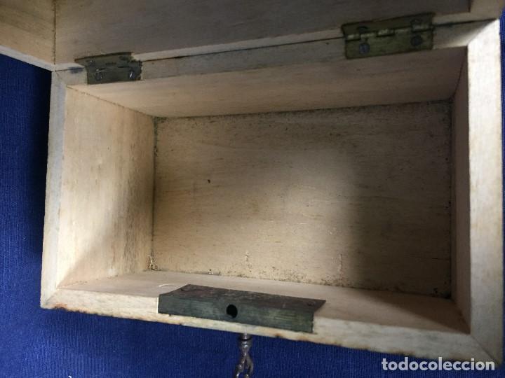 Antigüedades: pequeño baúl en madera con incrustaciones decorado a mano pintado con llave s xx - Foto 2 - 123434787