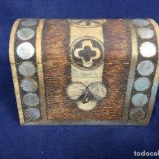 Antigüedades: PEQUEÑO BAÚL EN MADERA CON INCRUSTACIONES DECORADO A MANO PINTADO CON LLAVE S XX. Lote 123434787