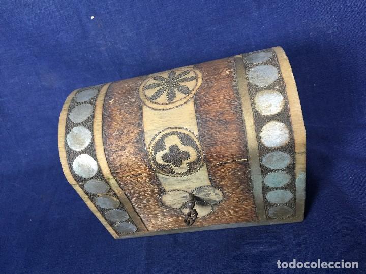 Antigüedades: pequeño baúl en madera con incrustaciones decorado a mano pintado con llave s xx - Foto 5 - 123434787