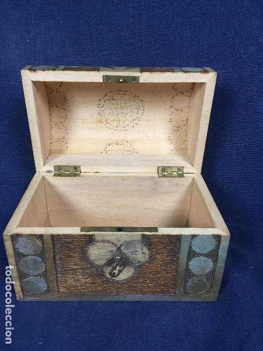 Antigüedades: pequeño baúl en madera con incrustaciones decorado a mano pintado con llave s xx - Foto 6 - 123434787
