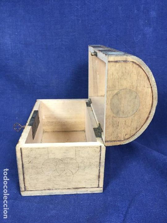 Antigüedades: pequeño baúl en madera con incrustaciones decorado a mano pintado con llave s xx - Foto 8 - 123434787