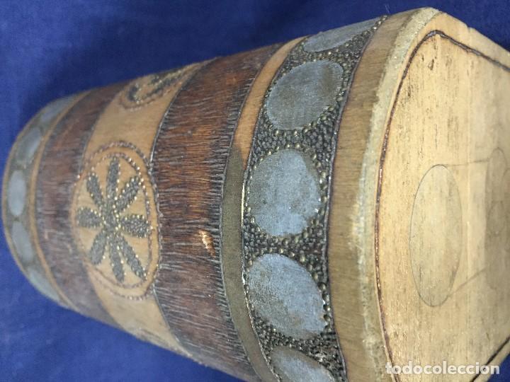 Antigüedades: pequeño baúl en madera con incrustaciones decorado a mano pintado con llave s xx - Foto 11 - 123434787