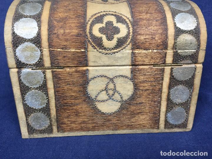 Antigüedades: pequeño baúl en madera con incrustaciones decorado a mano pintado con llave s xx - Foto 12 - 123434787
