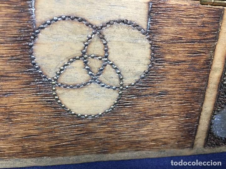 Antigüedades: pequeño baúl en madera con incrustaciones decorado a mano pintado con llave s xx - Foto 13 - 123434787