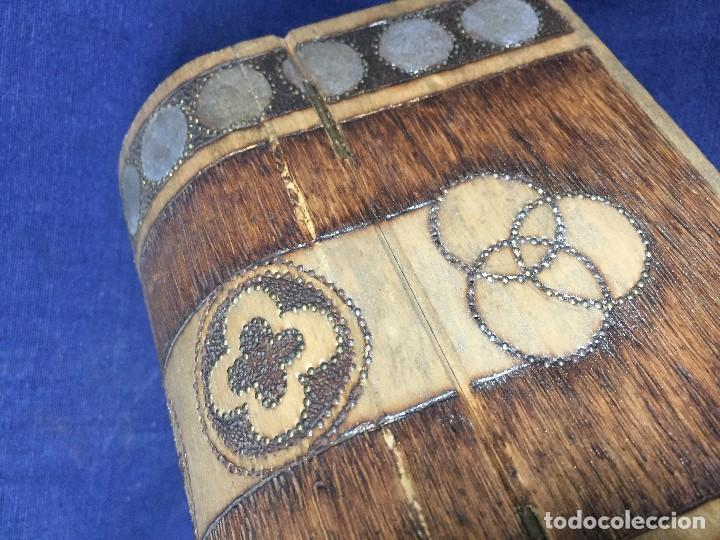 Antigüedades: pequeño baúl en madera con incrustaciones decorado a mano pintado con llave s xx - Foto 14 - 123434787