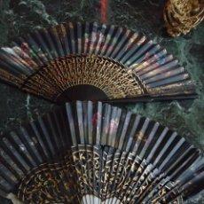Antigüedades: LOTE DE DOS ABANICOS AÑOS 50 APROX. CON VARILLAJE TROQUELADO Y PAÍS PINTADO A MANO. Lote 123565767