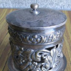 Antigüedades: TARRO CON TAPA - EN LA BASE TIENE INSCRITO METAL PLATEADO - EL LABRADO ES CALADO. Lote 123851175