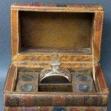 Antigüedades: CAJA LICORERA CON FORMA DE LIBROS INCLUYE CUATRO VASOS Y UNA LICORERA VIDRIO FRANCIA HACIA 1900. Lote 124001987