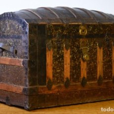 Antigüedades: GRAN BAÚL ANTIGUO DE VIAJE YALE & TOWNE MFG CO. - CHAPA DECORADA - COMPARTIMENTOS INTERIORES. Lote 124027479
