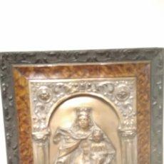 Antigüedades: VIRGEN DE METAL REPUJADO ENMARCADA EN UN ARCO DE MEDIO PUNTO ANTIGUA. Lote 124042358