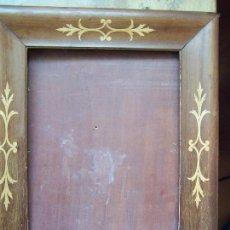 Antigüedades: MARCO DE MADERA TARACEADO CON PANEL DE MADERA. DIMENSIONES EXTERIOR: 40 X 34 CM.. Lote 103875143