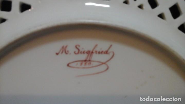 Antigüedades: Pareja de platos calados pintados a mano. Marca incisa.Postchappel M. Sirgfried 1889 - Foto 10 - 124158519